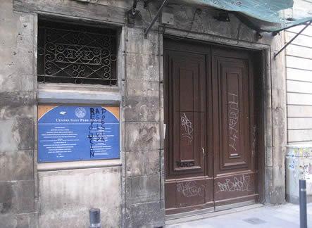 Fitxer:Centre de Sant Pere Apòstol entrada.jpg