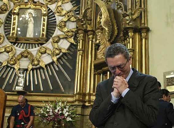 Descripción: http://www.elpais.com/recorte/20070816elpmad_1/XXLCO/Ies/Alberto_Ruiz-Gallardon_durante_misa_Virgen_Paloma.jpg