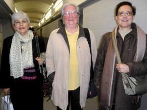 Roser Garriga entre dues dones vinculades a col·lectius de l'Església (font: Ràdio Rubí)