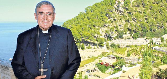 Martínez Sistach, en la terraza del hotel de Banyalbufar donde se hospeda. A su espalda, mar y montaña: una combinación muy catalana.