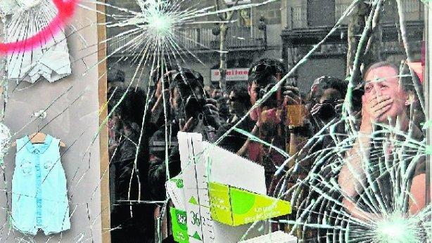 Escaparates de comercios de Barcelona fueron golpeados por minorías violentas.
